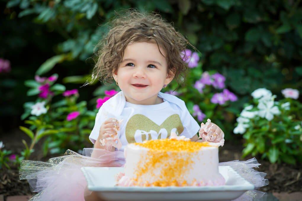 Cake smashing in photo