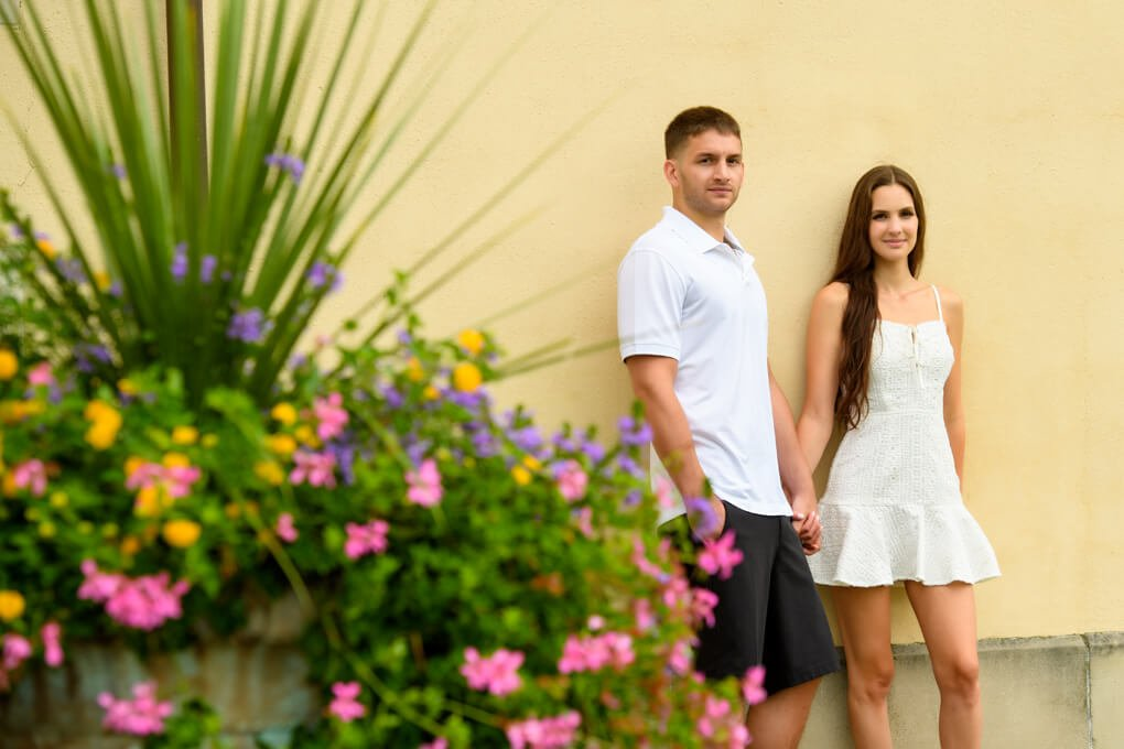 A couple in front of flowers at Oheka Castle